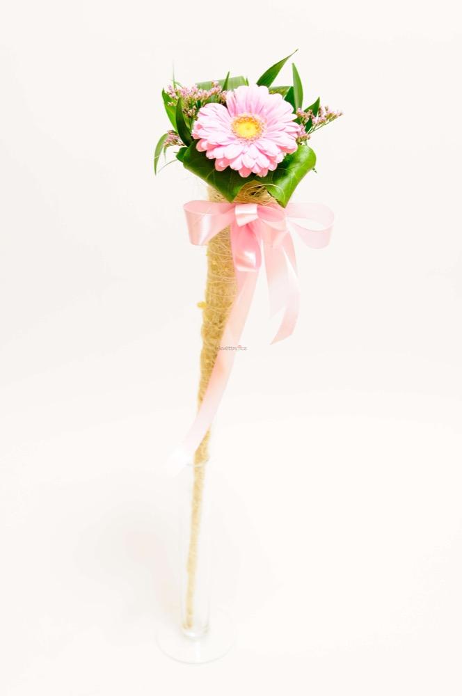 Růžová gerbera v kornoutu