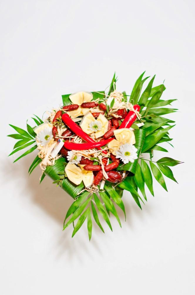 Miniklobásky a důkladná květinová výzdoba