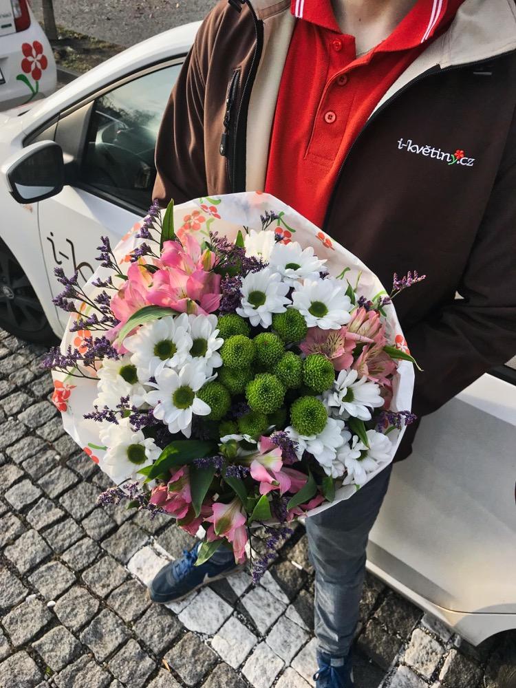 Růžové alstromerie a bílé kopretiny