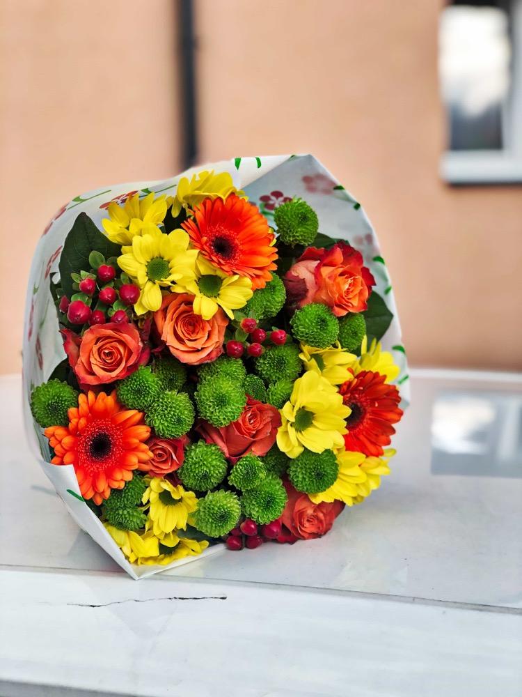 Oranžová kombinace růží a gerber