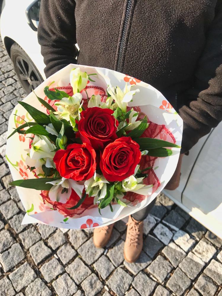 Růže a alstromerie se zdobením